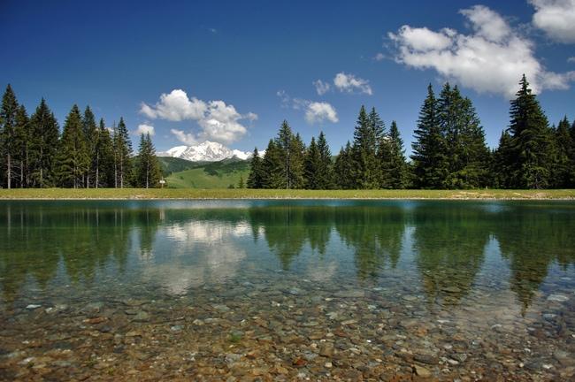 Lac de montagne dans le Val d'Arly