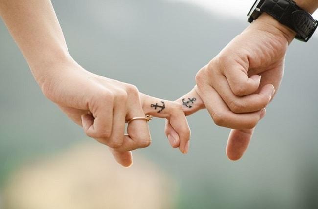 Gros plan sur mains d'un couple qui se tient par la main