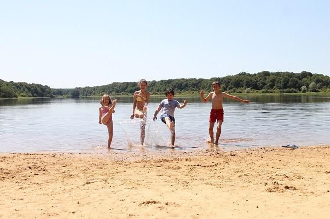 Enfant sur la plage du lac du Bourdon dans l'Yonne