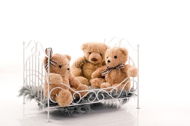 lit enfant fer forgé avec ours en peluche