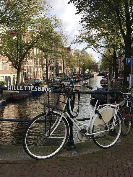 Amsterdam à vélo le long des canaux