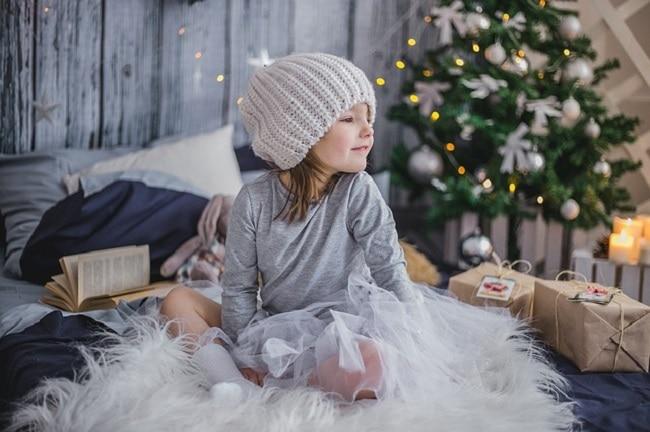 petite fille devant sapin de Noël