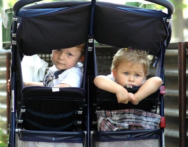 enfants dans poussette double