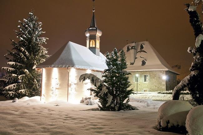 chapelle de montagne sous la neige