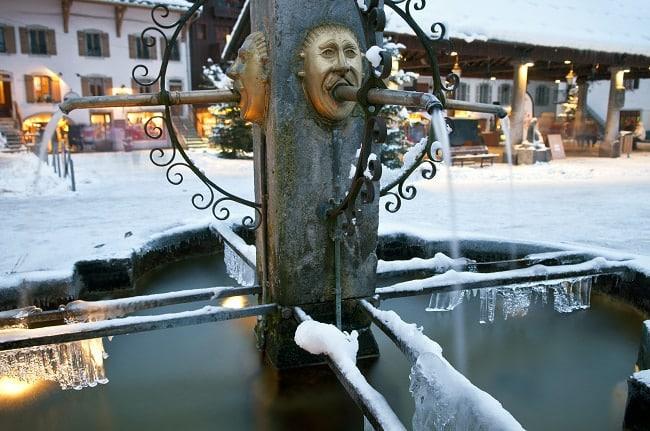 fontaine sous la neige dans le centre de Samoëns