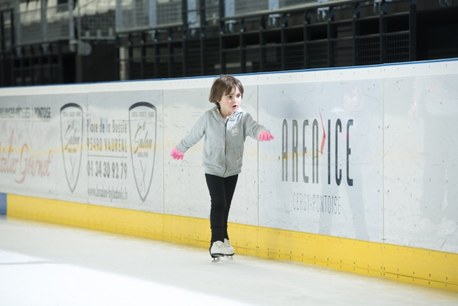 enfant patins sur glace à l'Aren'Ice de Cergy-Pontoise