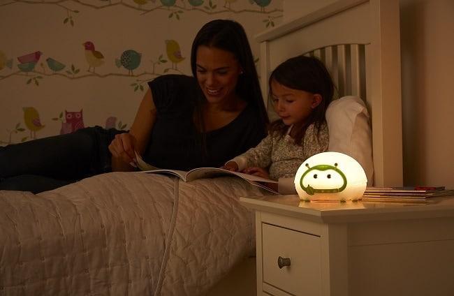 lecture du soir avec la veilleuse Bedbug de Lumie