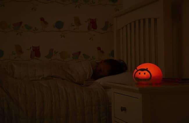 enfant endormi avec veilleuse Bedbug Lumie