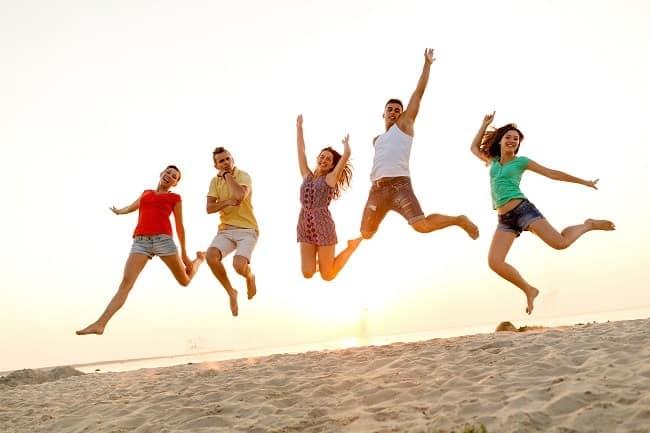 jeunes sur la plage en séjour linguistique été