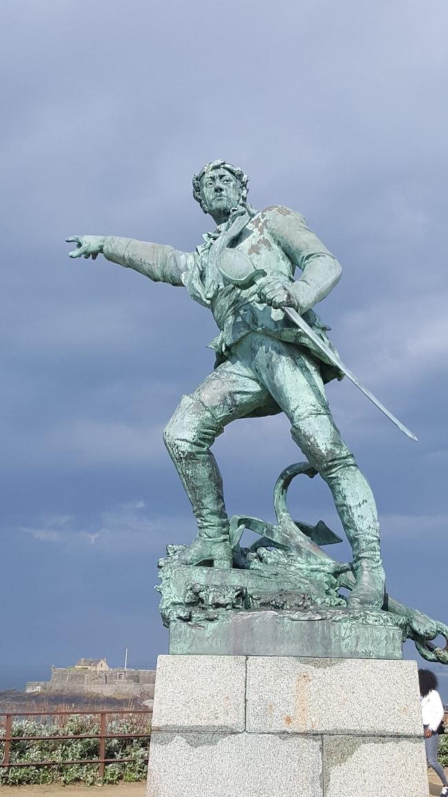 statue du corsaire Surcouf à Saint-Malo