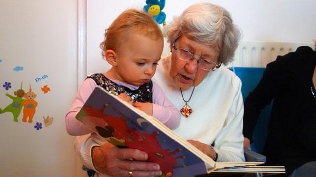 enfant et grand-mère en maison de retraite