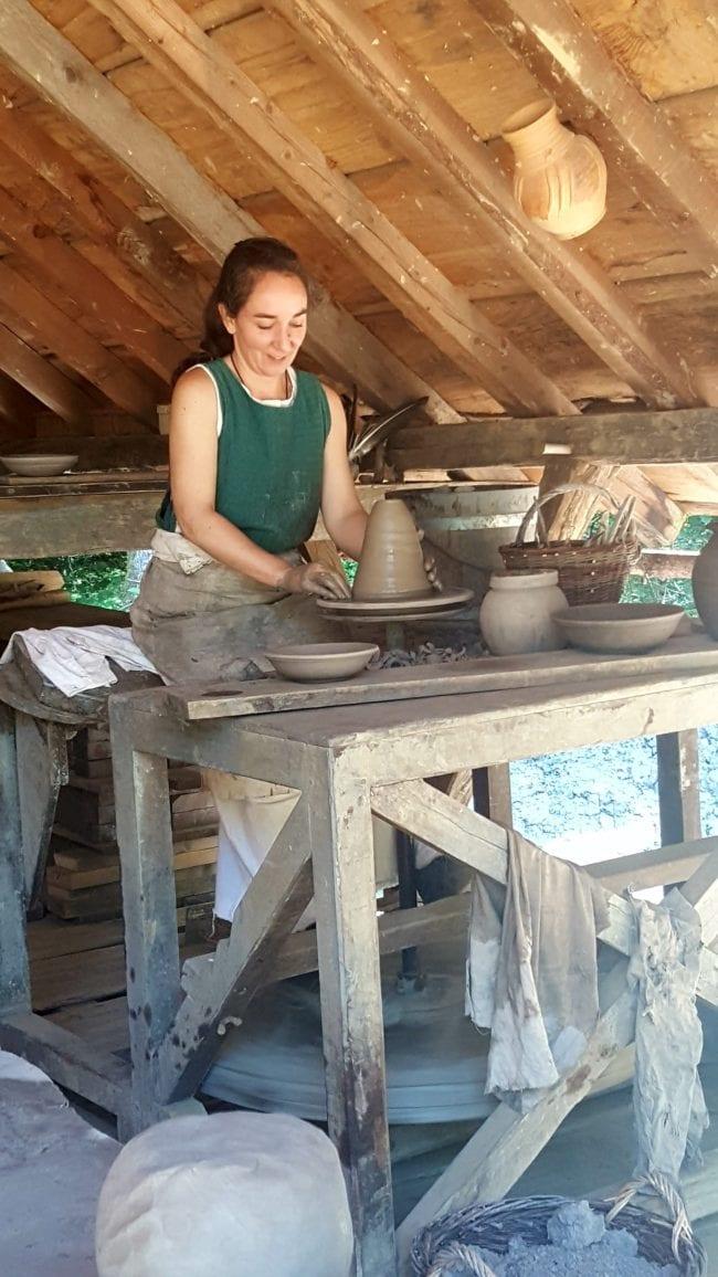 atelier poterie Guédelon