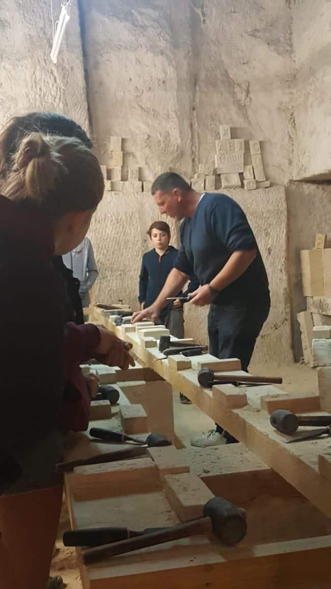 atelier taille de pierre aux carrières d'Aubigny dans l'Yonne