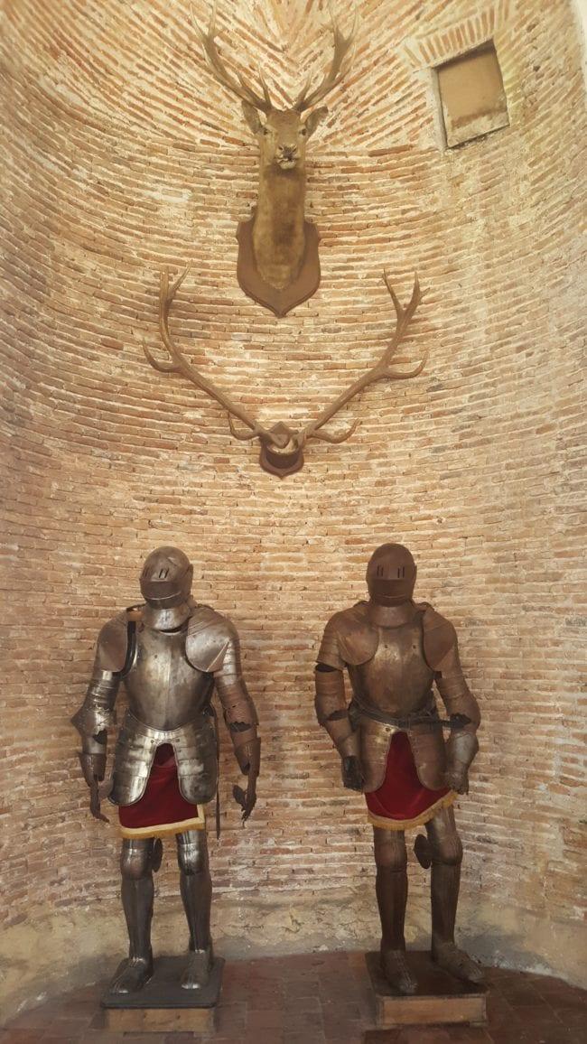 armure dans la salle d'armes du château de Saint-Fargeau