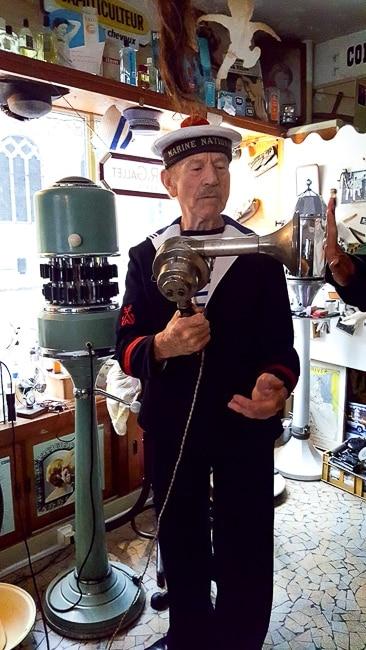 Daniel Lecompte pittoresque propriétaire du Salon des Navigateurs