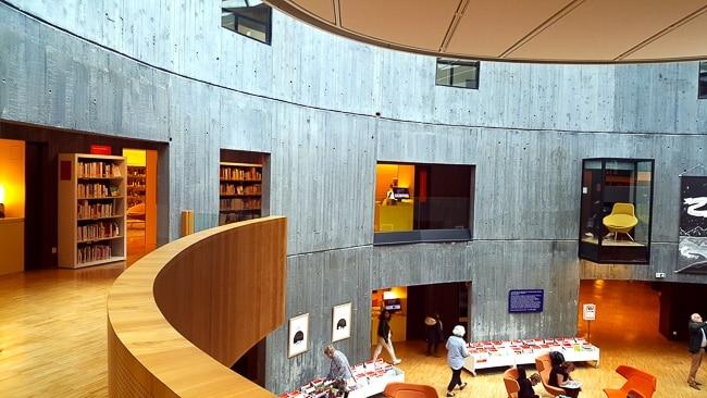Salle de lecture dans la Bibliothèque Niemeyer au Havre