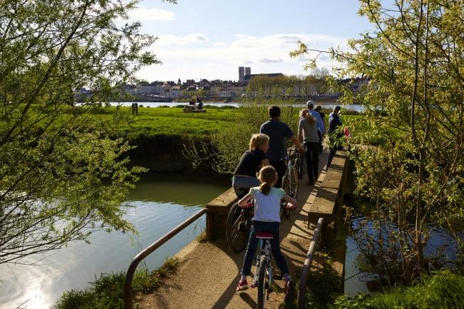 Balade en famille à vélo sur la Coulée Verte à Chalon